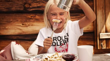 Child eating Kaiserschmarnn|Child eating Kaiserschmarn